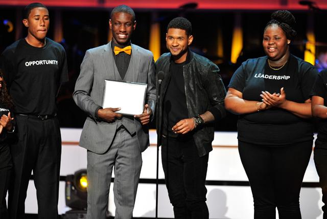 Usher awarding a UNCF rising star